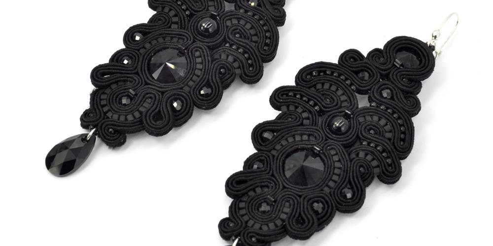 Biżuteria w kolorze czarnym i Kolczyki sutasz Black Peony Leśna Pracownia Biżuterii Ewa Wronka Eva Sutasz