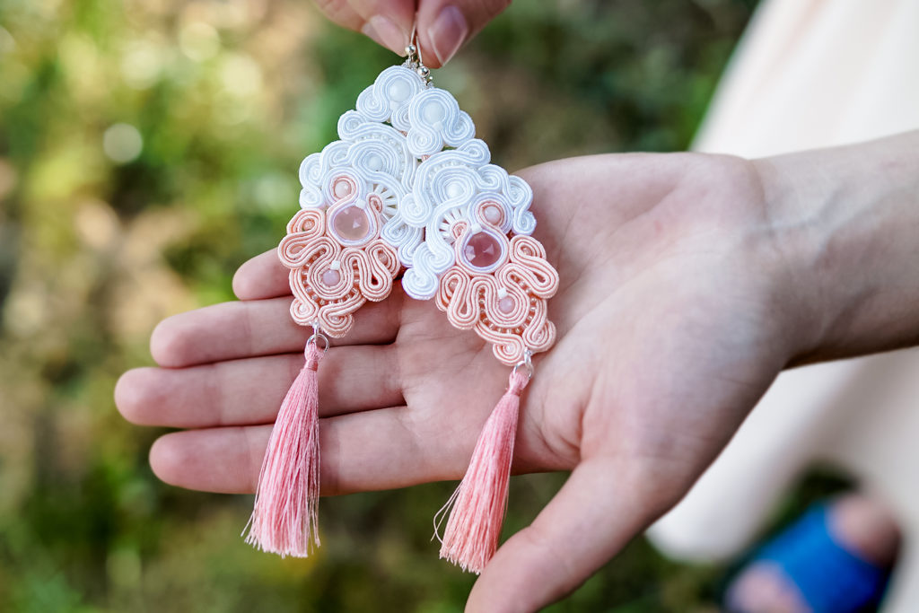 Kolczyki ślubne sutasz boho white & salmon pink z chwostem. Nr 1 w sezonie ślubnym 2020/21 Kolekcja sutasz ORCHIDEA Eva Sutasz Leśna Pracownia Biżuterii Tuszyn